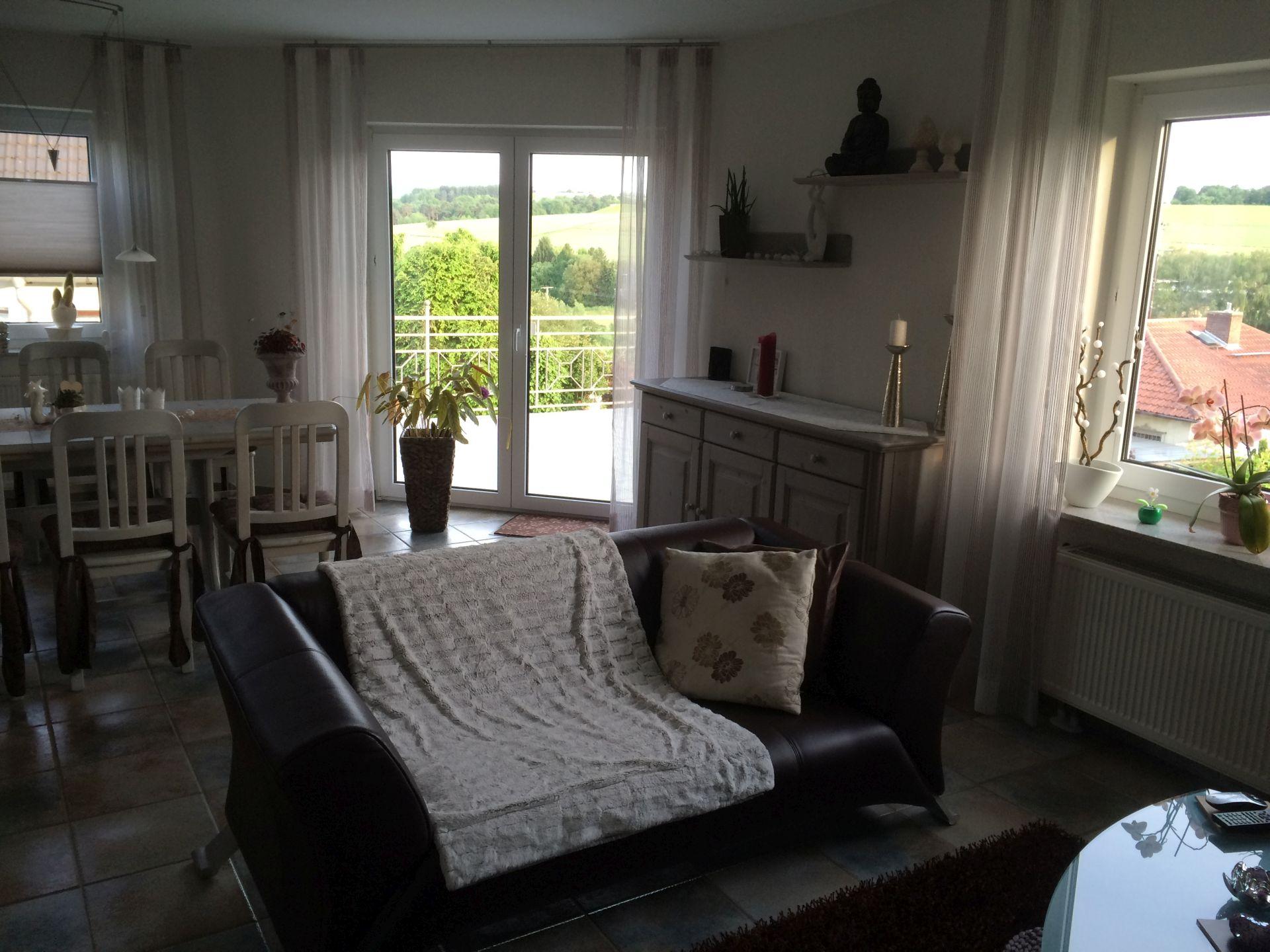 Fi Wohn- u. Esszimmer m. Blick Balkon 1